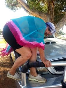 טינקר בל מרחפת בחן אל מכסה המכונית הלוהט..