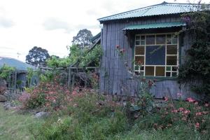 בנייה פשוטה מחמרים מקומיים עם זיקה חזקה ונאמנות לנוף ולסביבה.