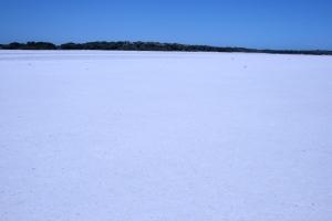 זה לא אחד מציורי הדיונה שלי. זהאגם מלח יבש בשמורת קוררונג..